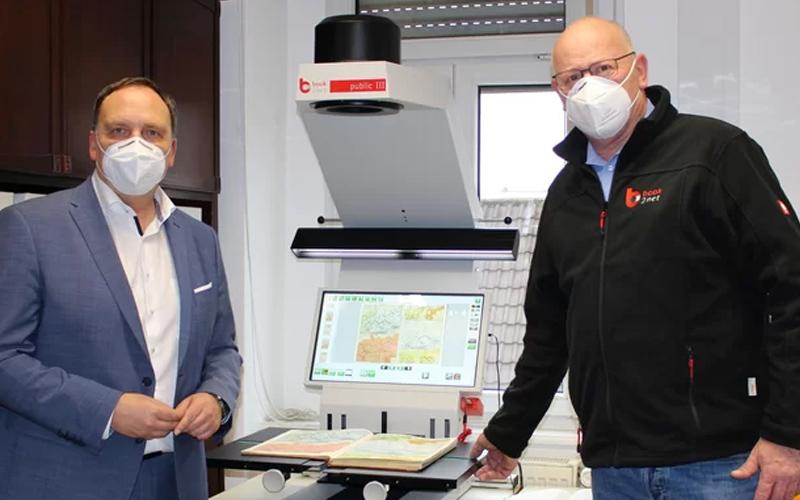 Stephan Welp und Klaus Kress mit book2net Public Buchscanner